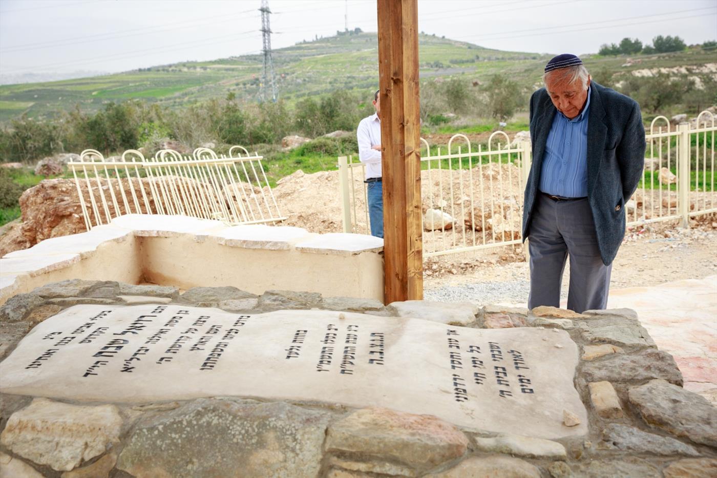 """משה זר בקברו של רזיאל שבח הי""""ד הלל מאיר TPS)"""