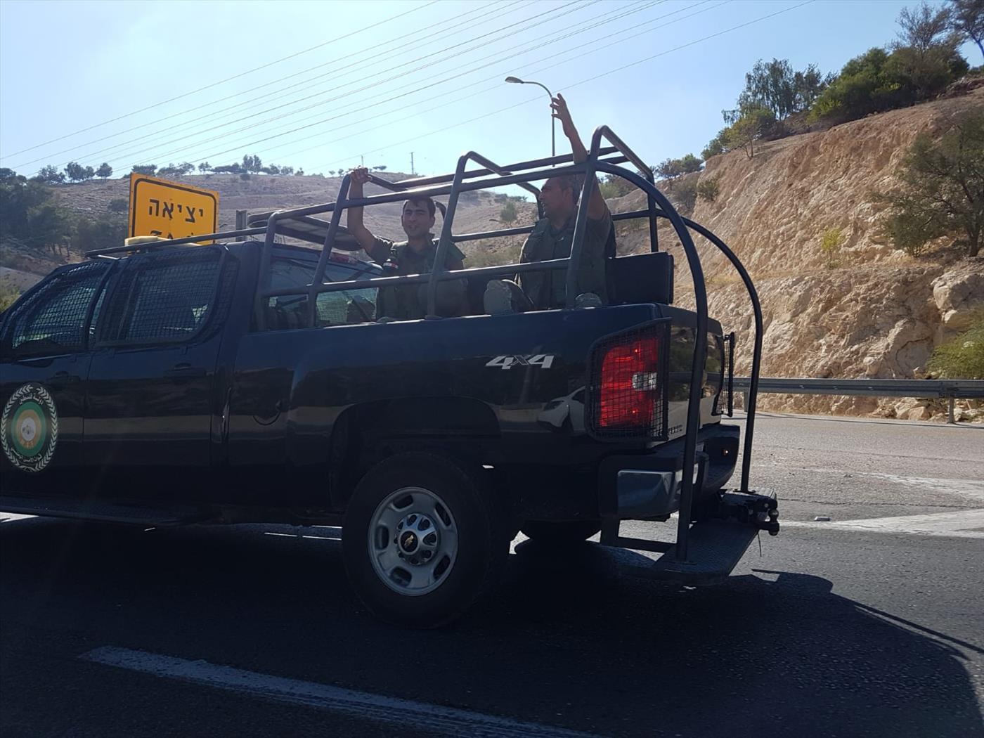"""צפו: שיירת """"שוטרים פלסטינים' חמושים בכביש 1"""