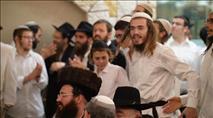 צפו: המונים בשמחת בית השואבה עם הרב גינזבורג