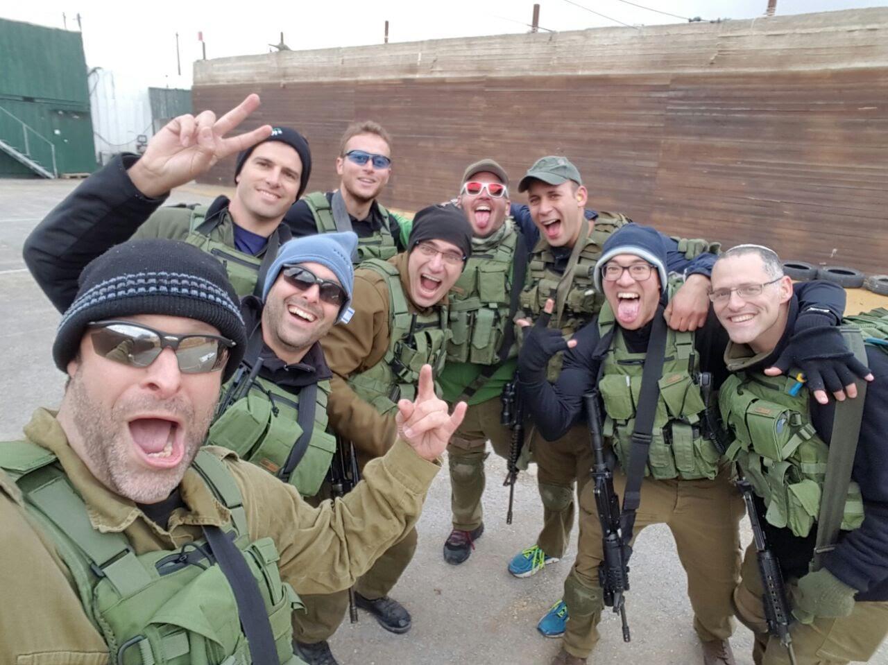 """ארי פולד הי""""ד (אחרון משמאל) עם חבריו מכיתת הכוננות של אפרת (TPS)"""