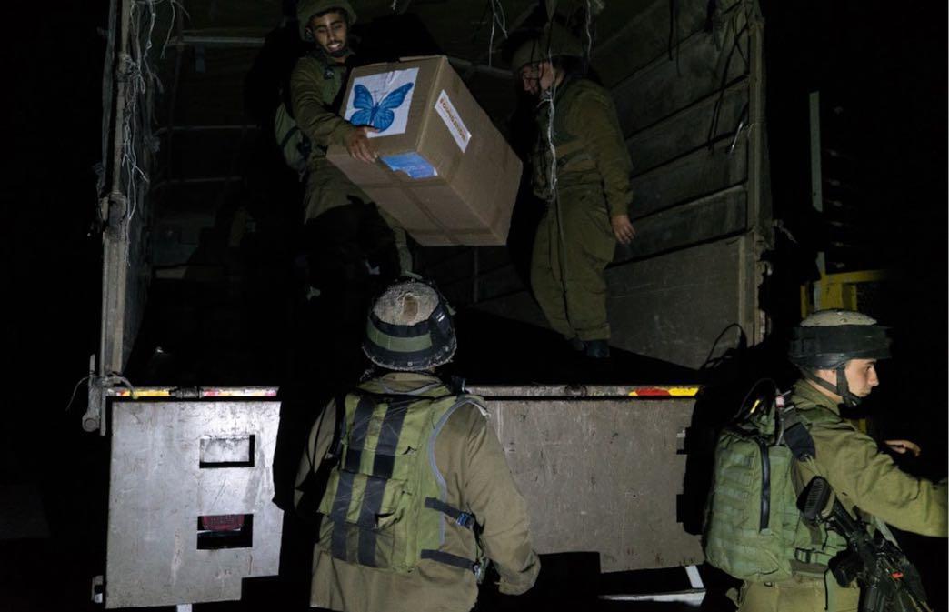 """חיילים מספקים ציוד לסוריה (דובר צה""""ל)"""