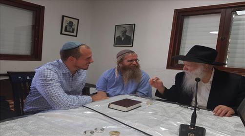 פגישה עם הרב גינזבורג בעת הנפקת המטבע