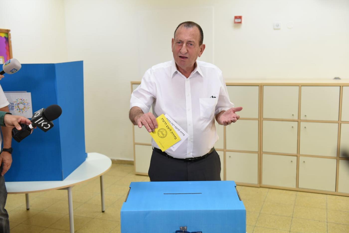 רון חולדאי, הממשיך בראשות עיריית תל אביב, מצביע בקלפי