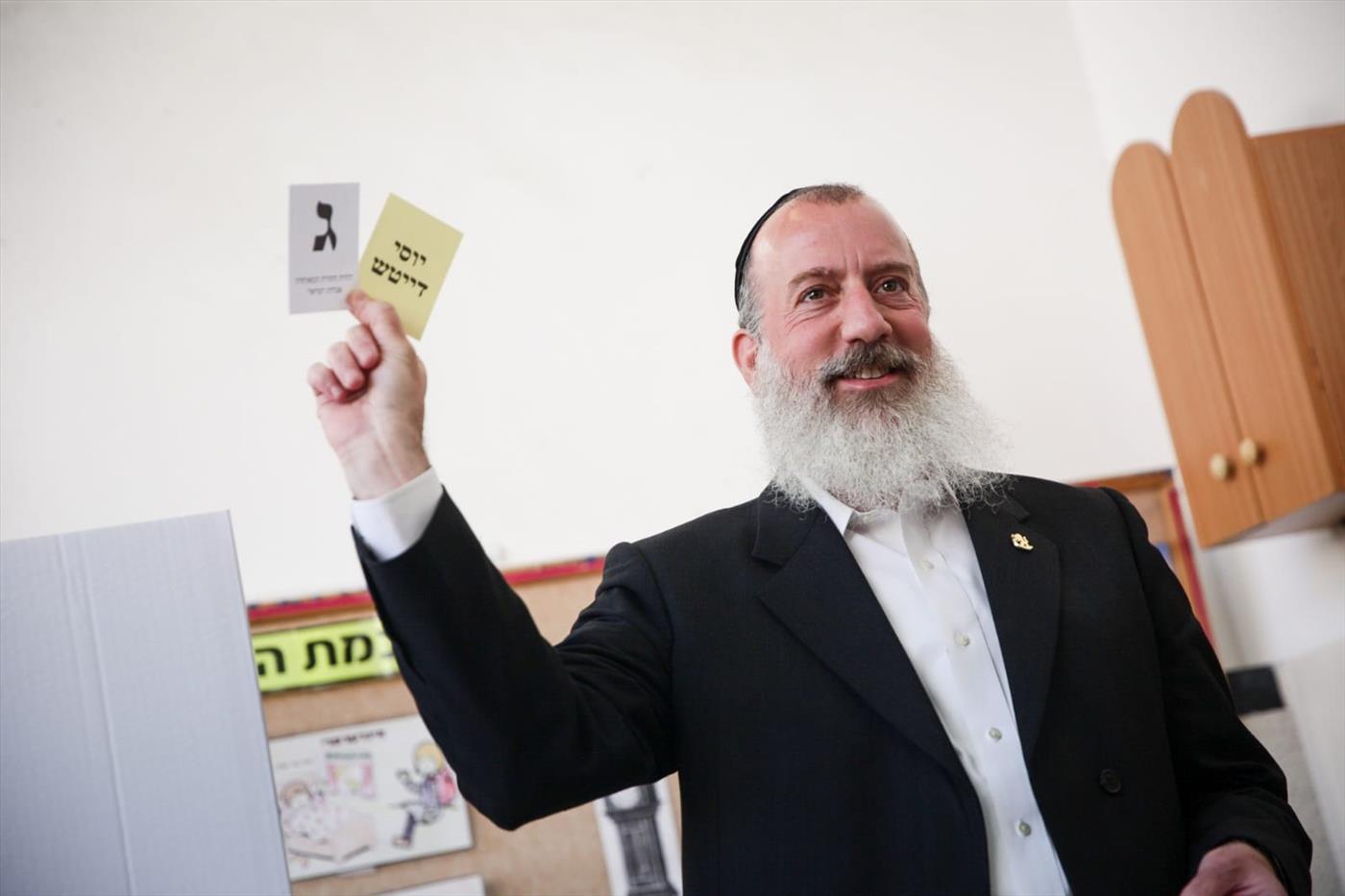 יוסי דייטש מצביע בקלפי בירושלים