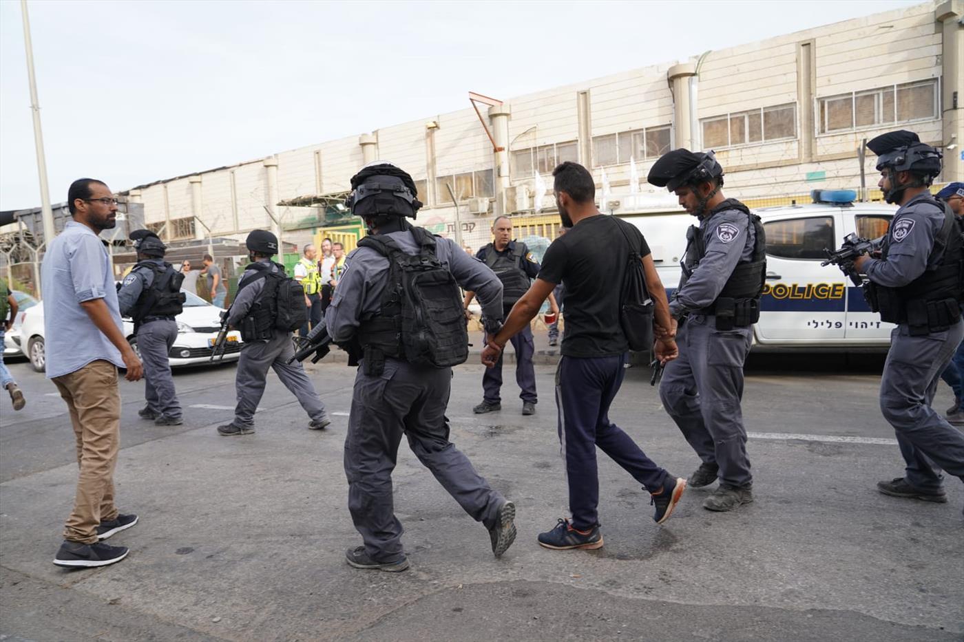 עובד ערבי נעצר בזירת הפיגוע בברקן. ארכיון (הלל מאיר TPS)