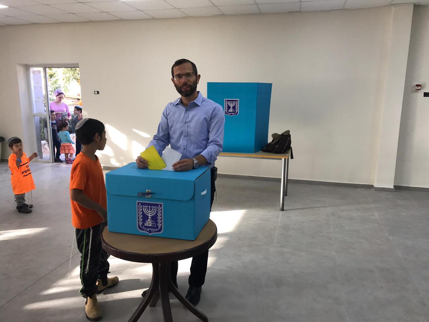 ישראל גנץ מצביע לבחירות המקומיות במועצת בנימין