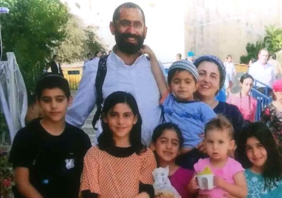 משפחת עטר בתמונה משפחתית למרגלות מערת המכפלה (באדיבות בני המשפחה)