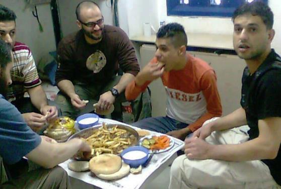 מחבלים חוגגים בכלא הישראלי (מחבל אלמוני)