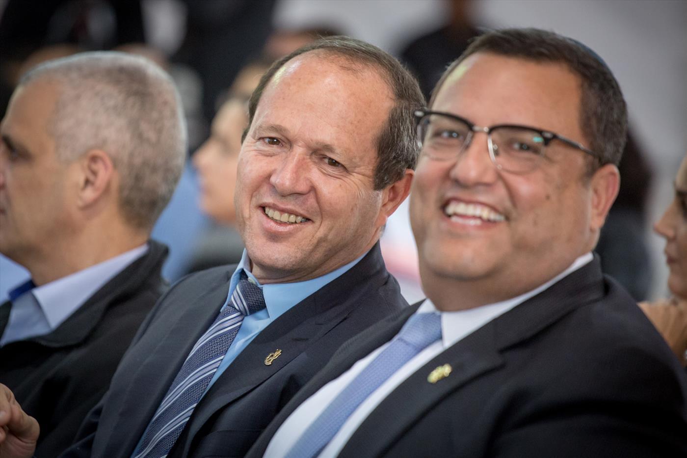 משה ליאון (מימין) עם ראש העיר היוצא ניר ברקת (הלל מאיר TPS)