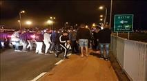 מאות מפגינים נגד הפסקת האש - ברצועת עזה חוגגים