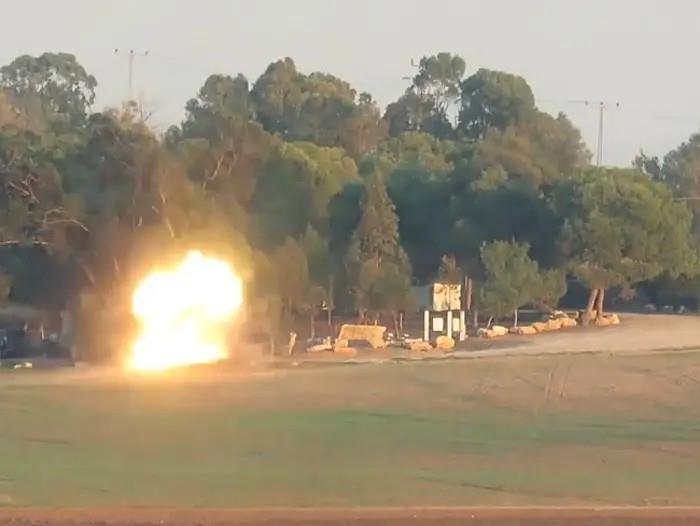 פגיעת טיל הקורנט באוטובוס סמוך לעזה (צילום מסך מתוך סרטון של חמאס)