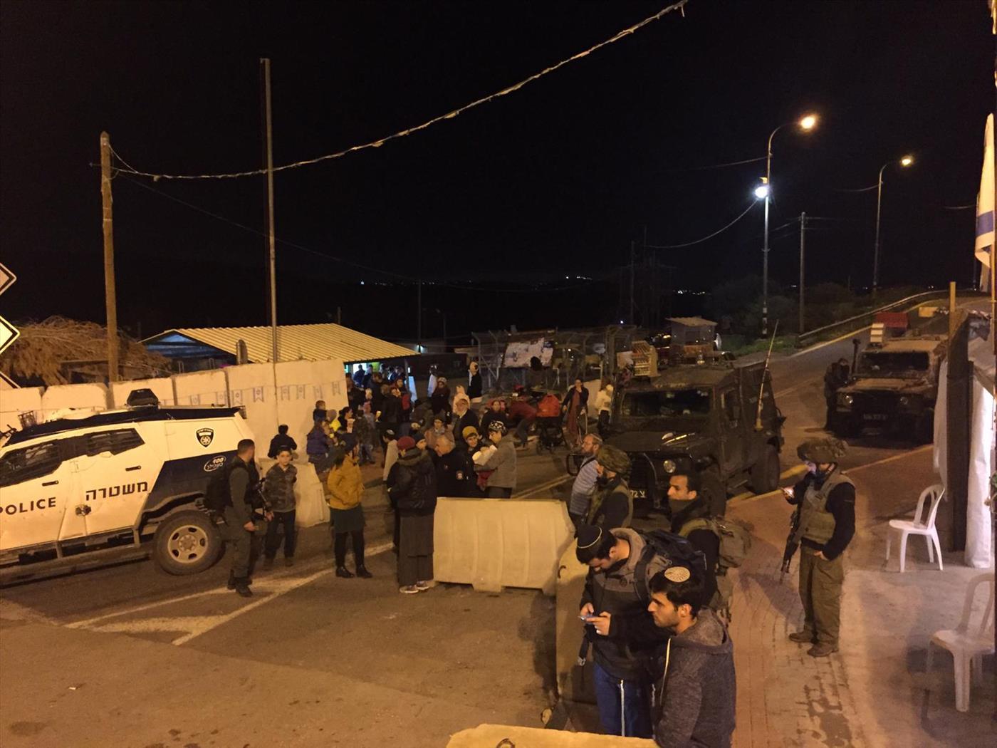"""מפגינים בכיכר אח""""י סמוך לנווה צוף"""