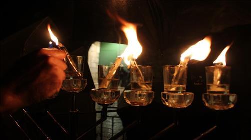 פרשת תצווה: מדליקים את המנורה בתוכנו