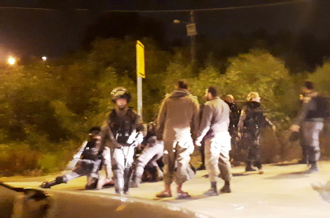 """שוטרי מג""""ב עוצרים חיילי נצח יהודה שסייעו למפגינים"""