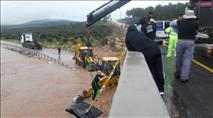 תיעוד: חילוץ לכודים מג'יפ שנסחף