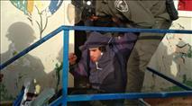 צפו: שוטר נותן ברכיה לנער ששוכב על הרצפה בעמונה