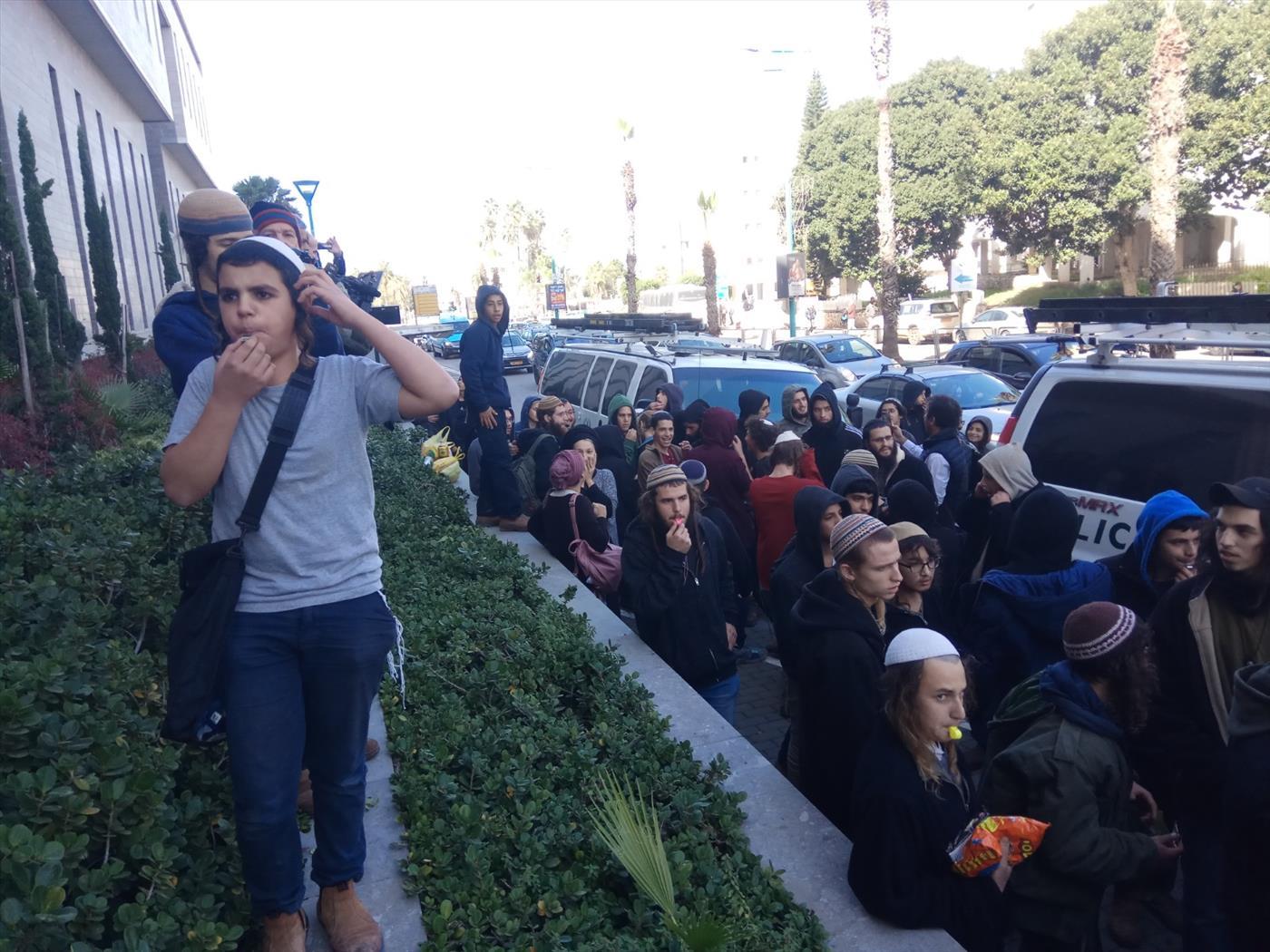 הפגנה למען שחרור הנערים. ארכיון (TPS)