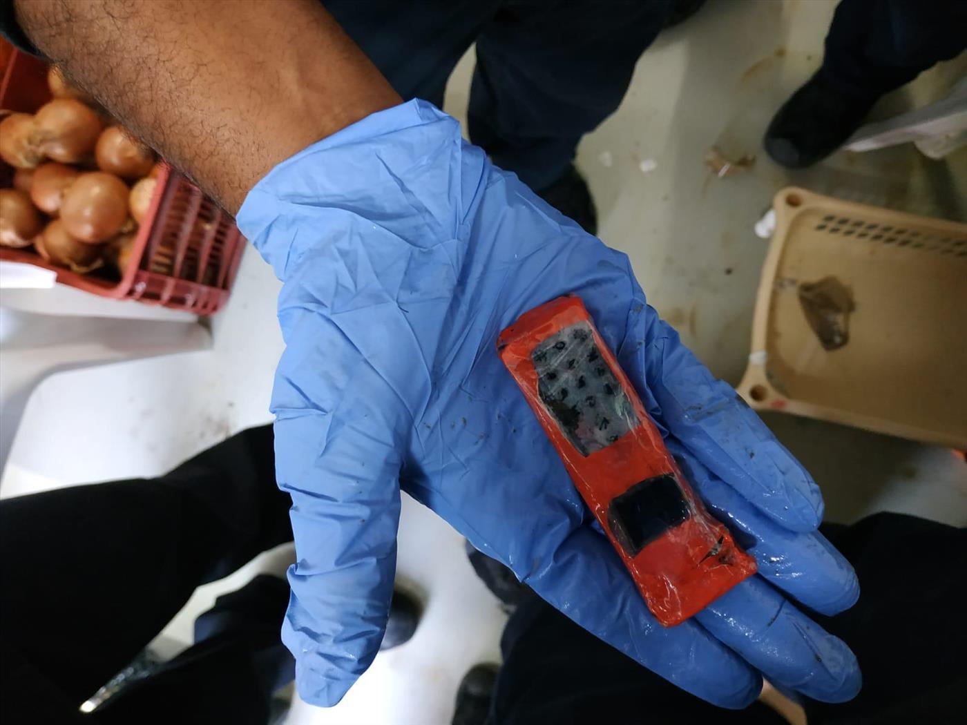 """פלאפון שאותר אצל מחבלים בכלא מגידו  (שב""""ס)"""