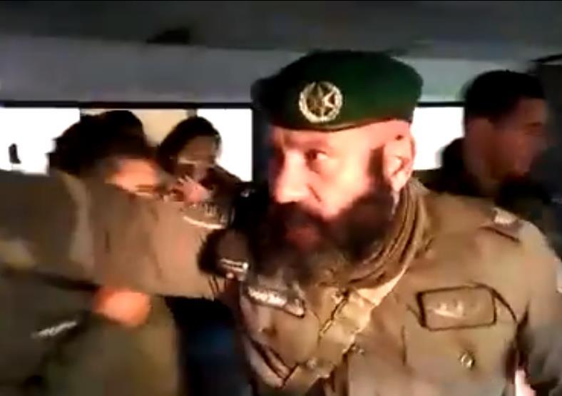 השוטר האלים מרסס גז באוטובוס צילום מסך