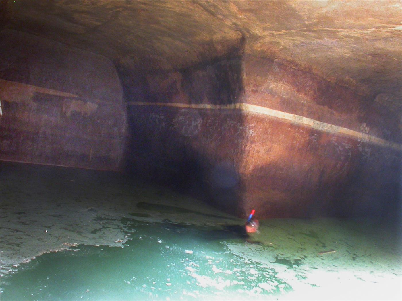 צוללן במאגר המים שנחשף (רשות העתיקות)