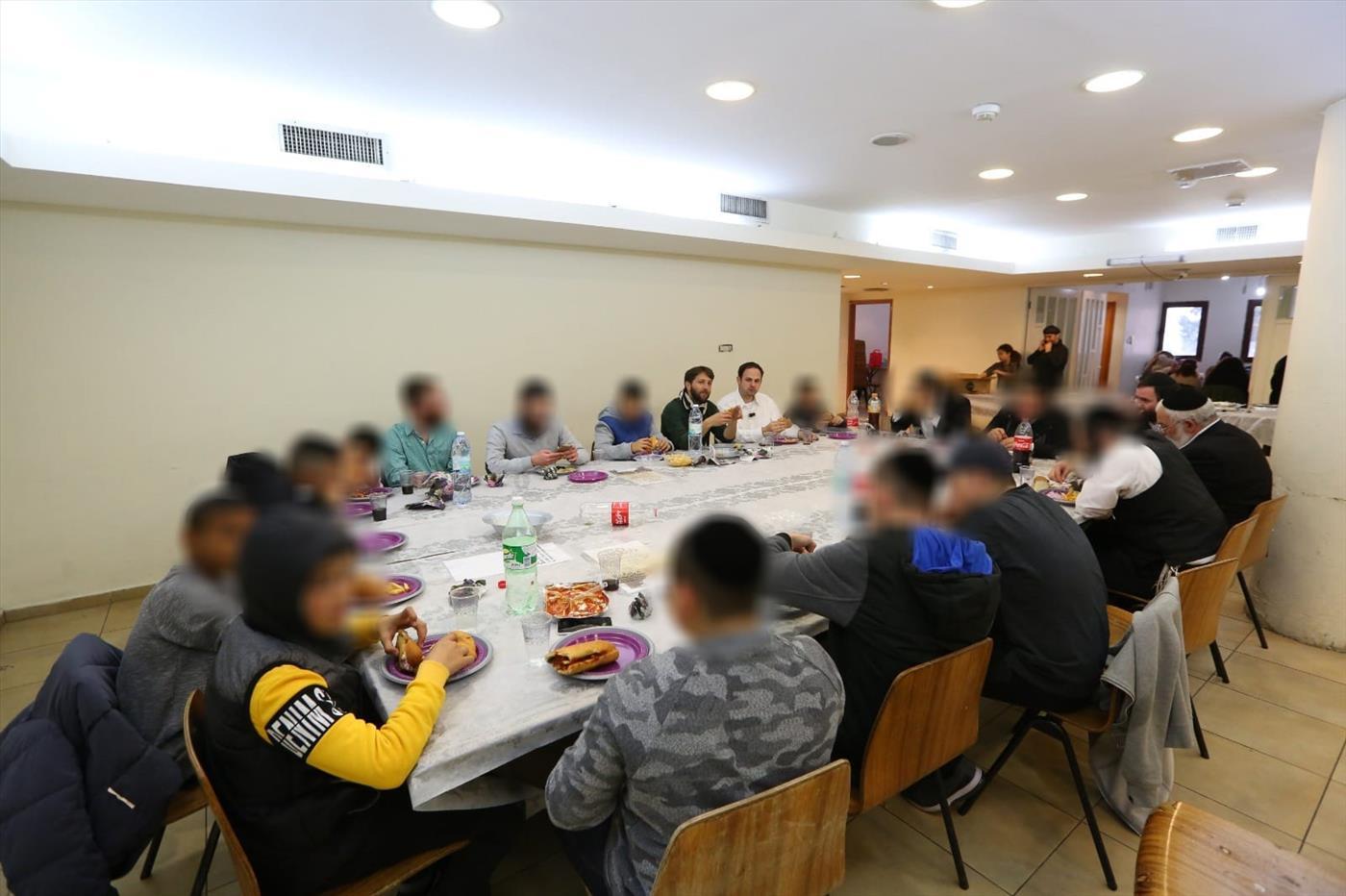 סעודת בר המצווה (צילום: יד לאחים)