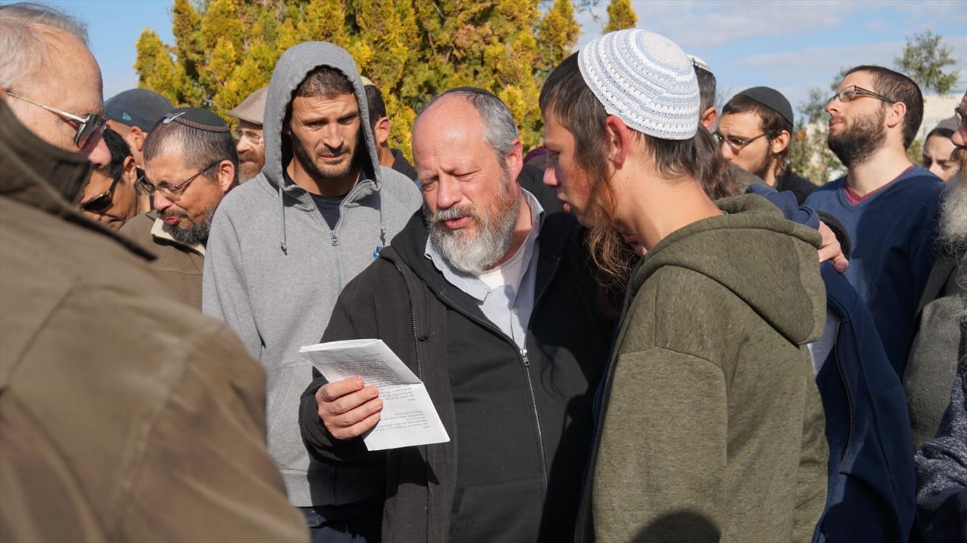 """הרב גדי אנסבכר אביה של אורי הי""""ד אומר קדיש על בתו בהלוויתה ביום שישי (צילום: מאיר אליפור/TPS)"""
