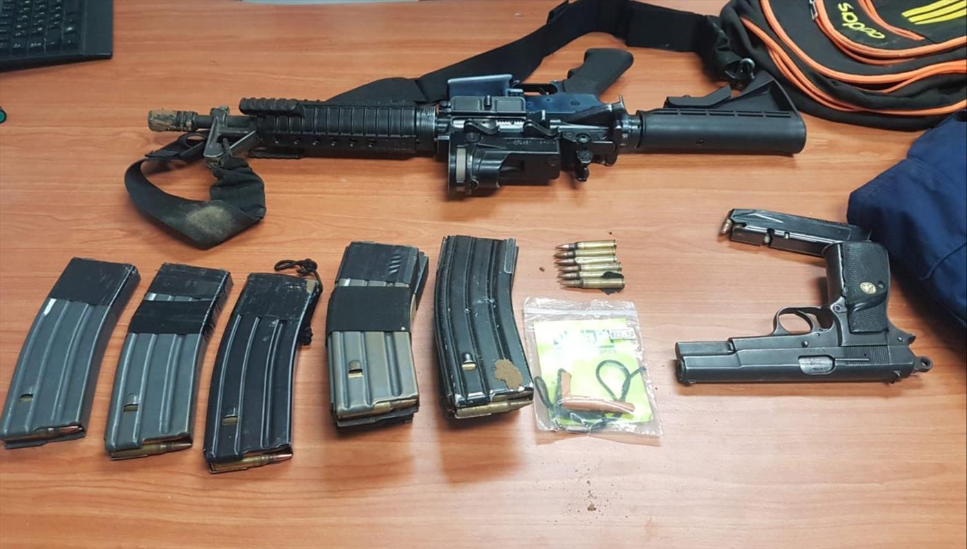 כלי הנשק שנתפסו בליל שבת בבית בתל שבע (דוברות המשטרה)