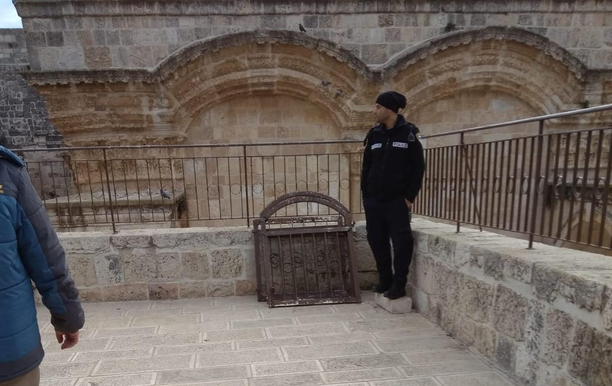 שוטר במתחם שער הרחמים בהר הבית סמוך לשערים שנעקרו על ידי מתפרעים ערבים (צילום: הקול היהודי)