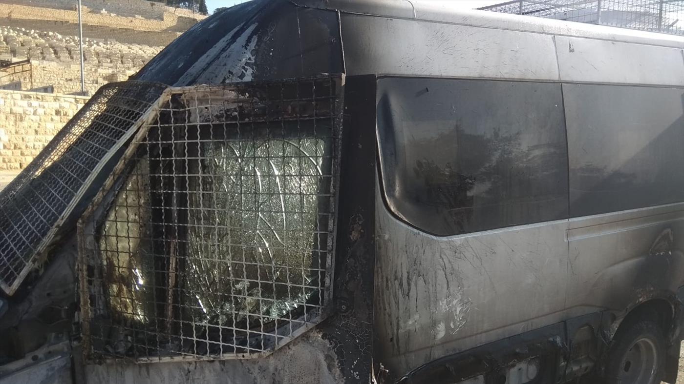רכב הסעות בעיר דוד שהוצת בידי ערבים, שהשליכו לעברו בקבוק תבערה (ארכיון) (הקול היהודי)