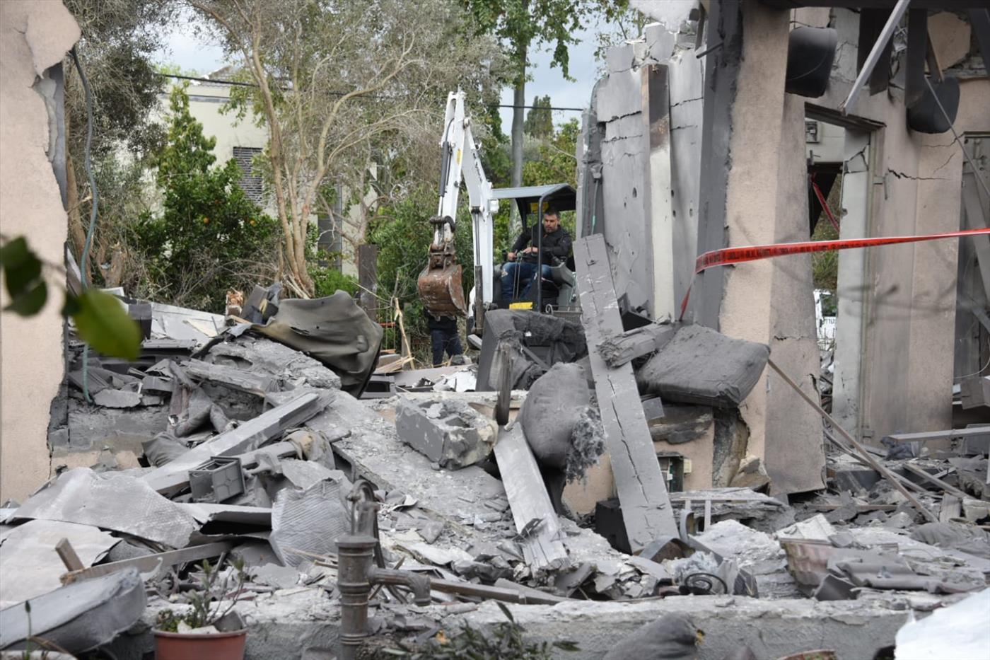 פגיעת הטיל בבית בשרון  (צילום: משטרת ישראל)