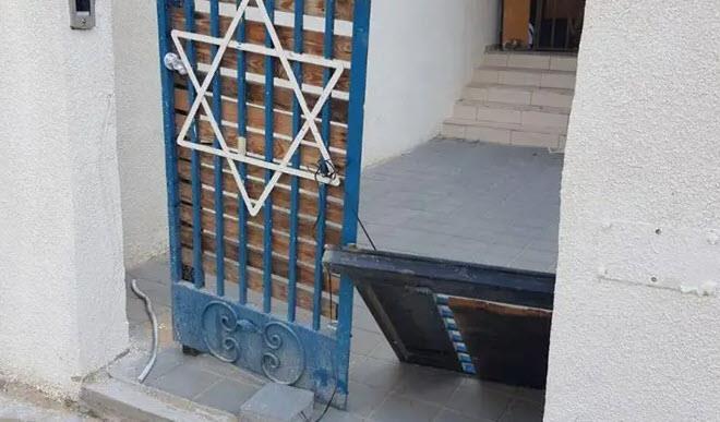 דלת הישיבה שנעקרה (צילום: משטרת ישראל)