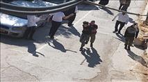 חברון: ערבים עצרו רכב ואיימו על נוסעיו