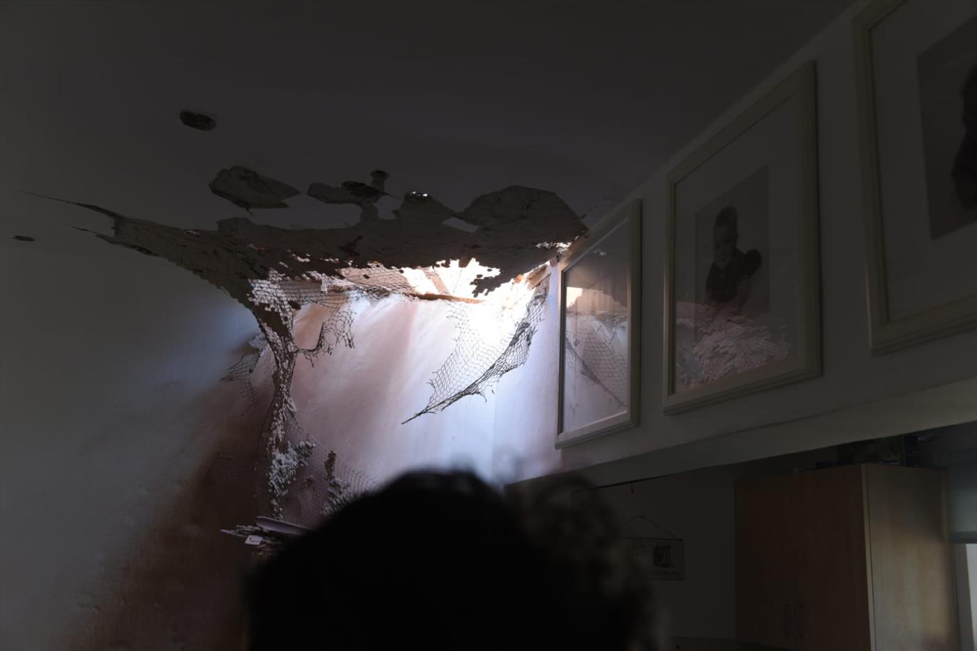 """זירת נפילת פצמ""""ר בקיבוץ נחל עוז (צילום: קובי ריכטר TPS)"""