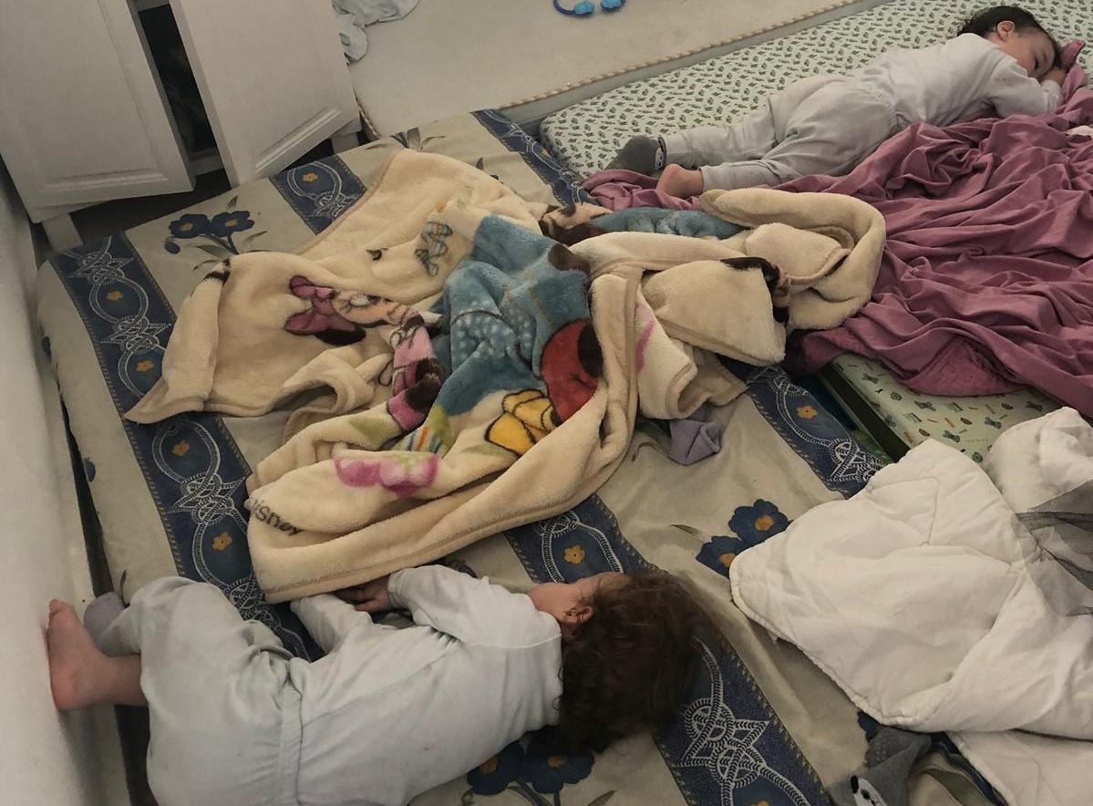 משפחה נערכת לשנת הלילה באשדוד (טומי שפירו TPS)