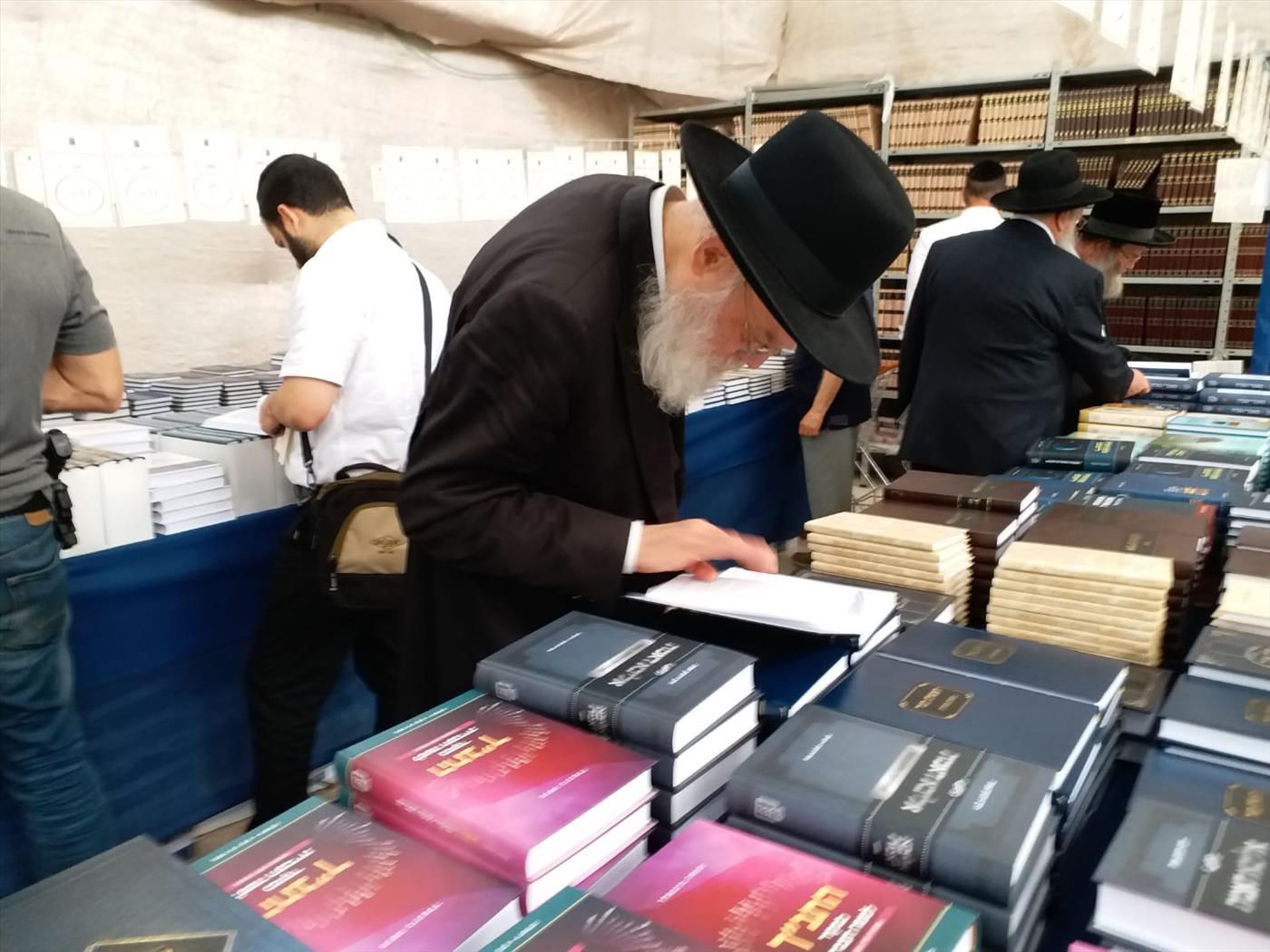 מעיינים בספרים ביריד הספרים במוסד הרב קוק