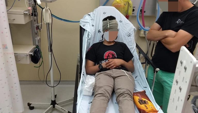 הנער שנפצע מקבל טיפול רפואי  (באדיבות המצלם)