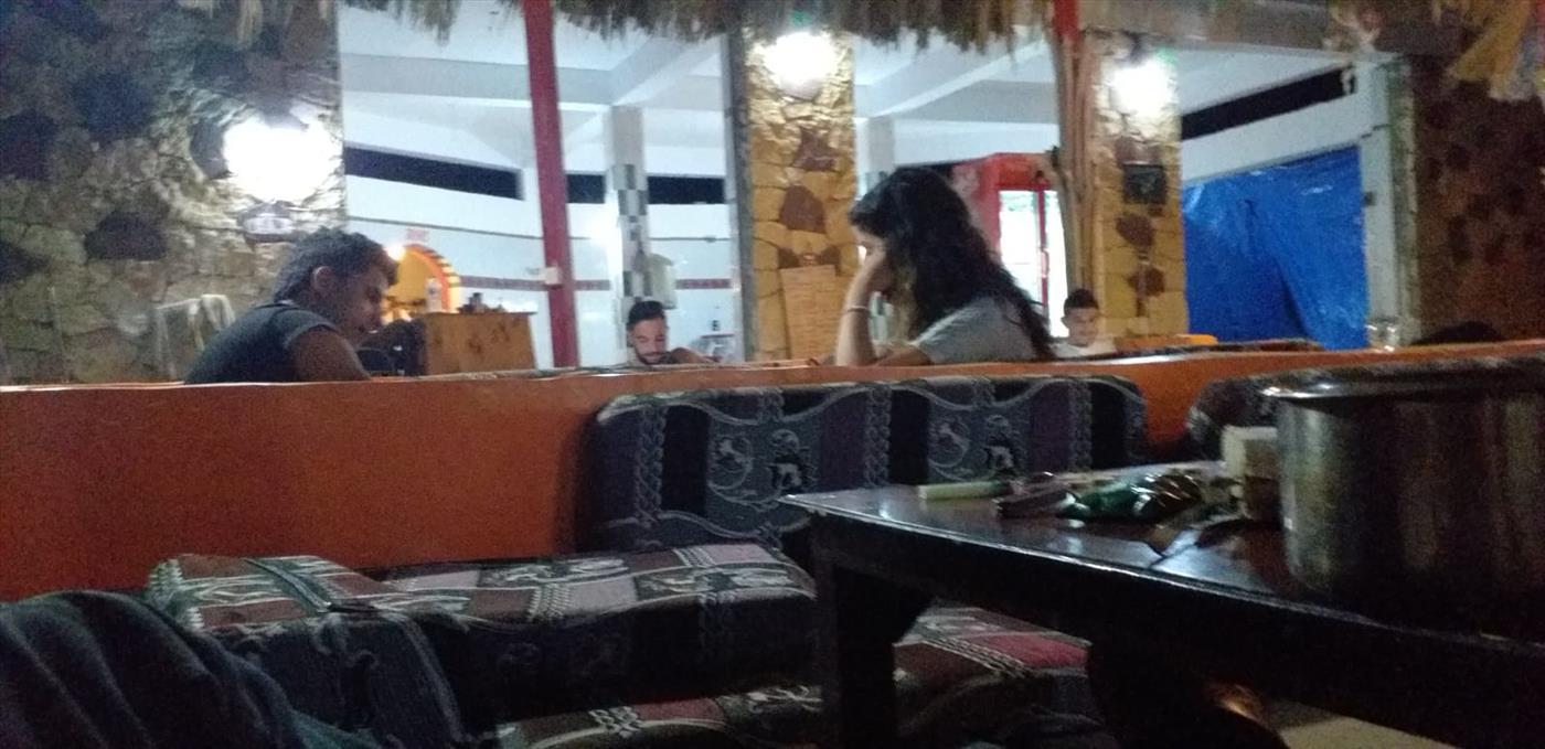 מפגש בין נערה יהודיה לבדואי בסיני. למצולמים אין כל קשר לכתבה. (מנחם קוניקוב)