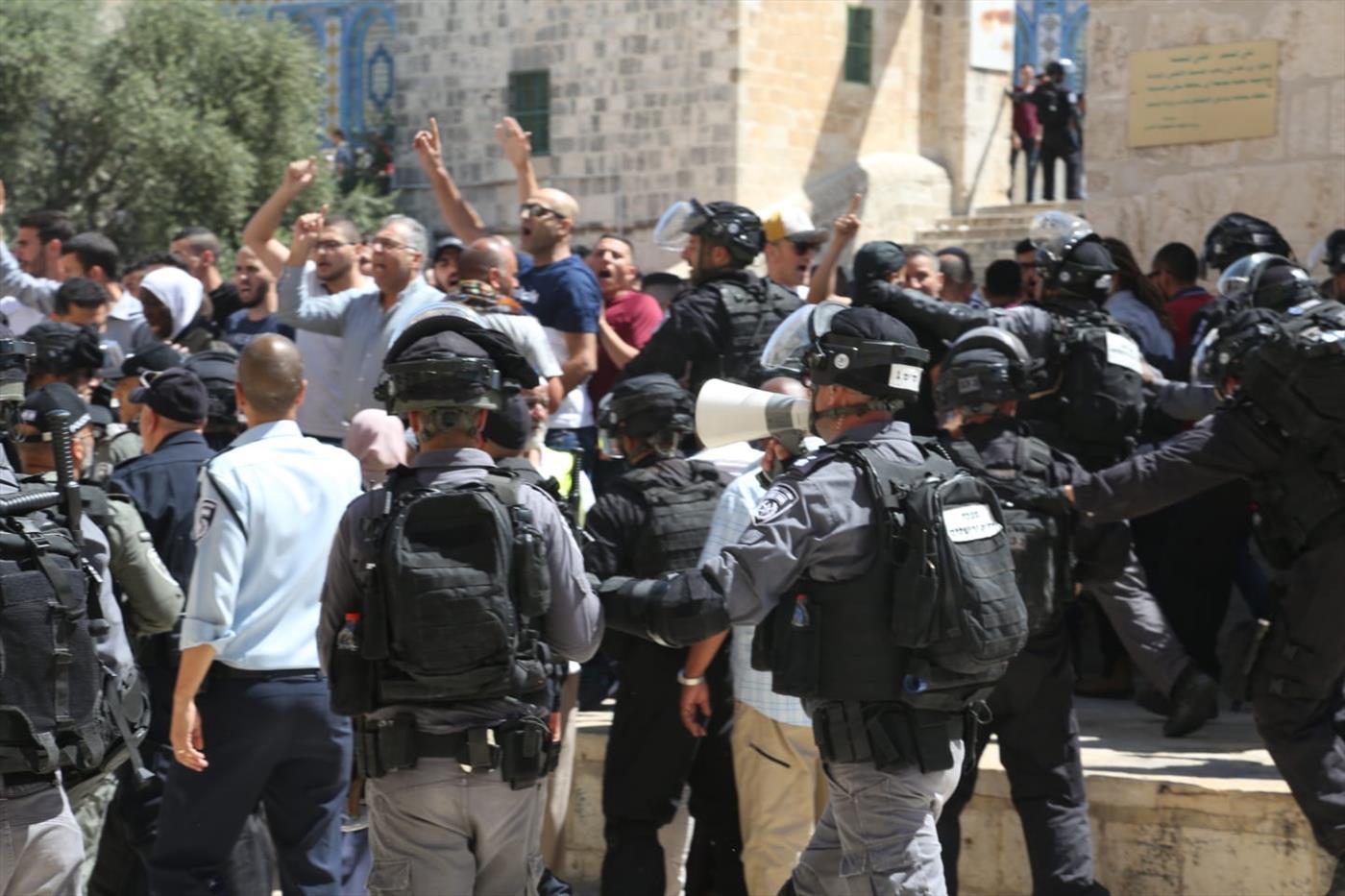 ערבים צועקים לעבר יהודים בהר הבית (דוברות המשטרה)