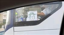 איור של חרדי בדמות חזיר באוטובוס בעיר מודיעין