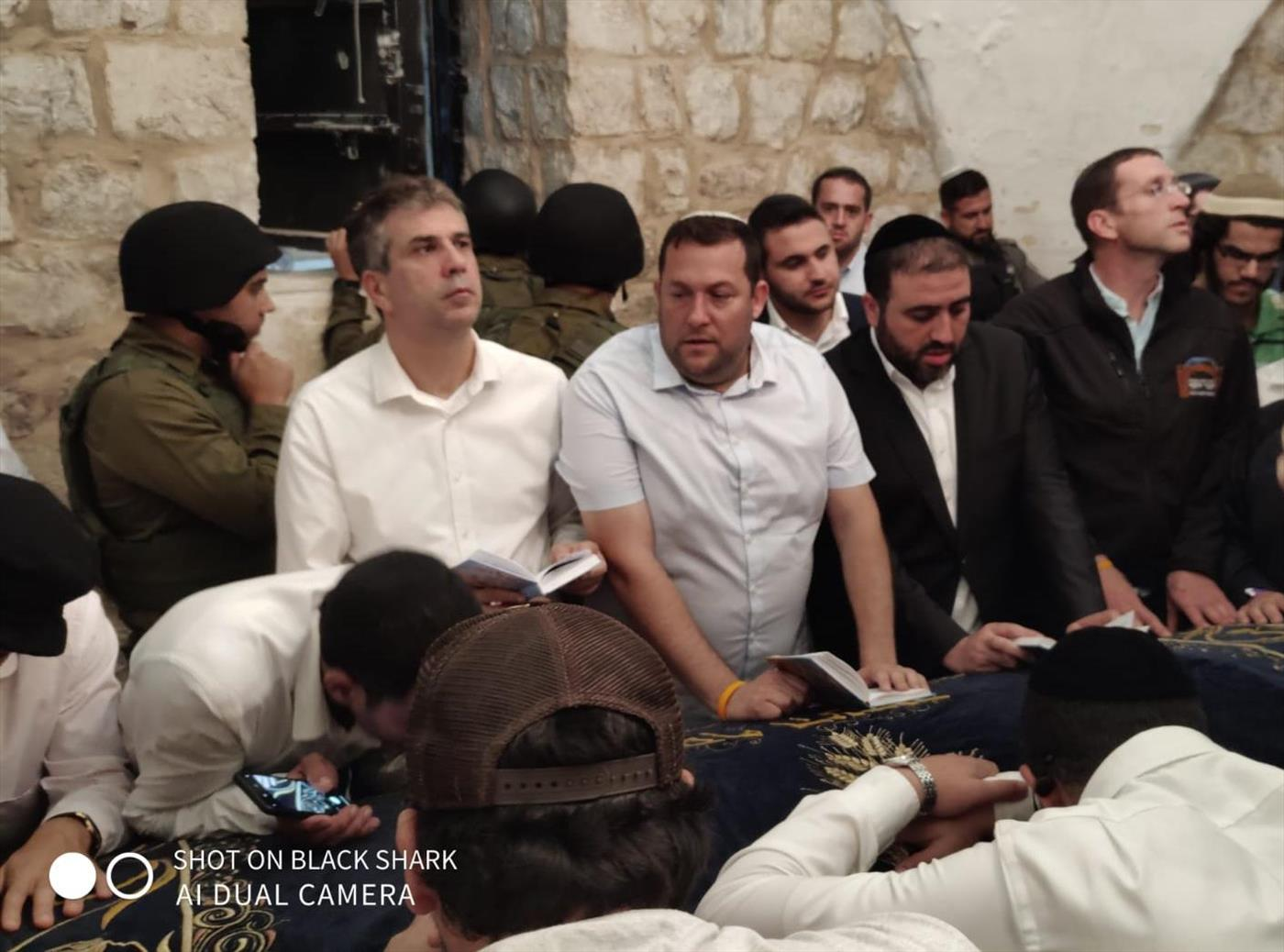 המתפללים בקבר יוסף, הלילה (מנהלת מערת המכפלה)