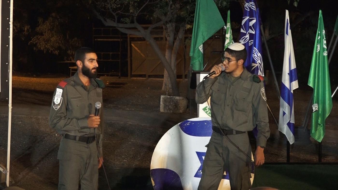 """שוטר דתי ושוטר נוצרי שרים יחד בטקס (דוברות מג""""ב)"""