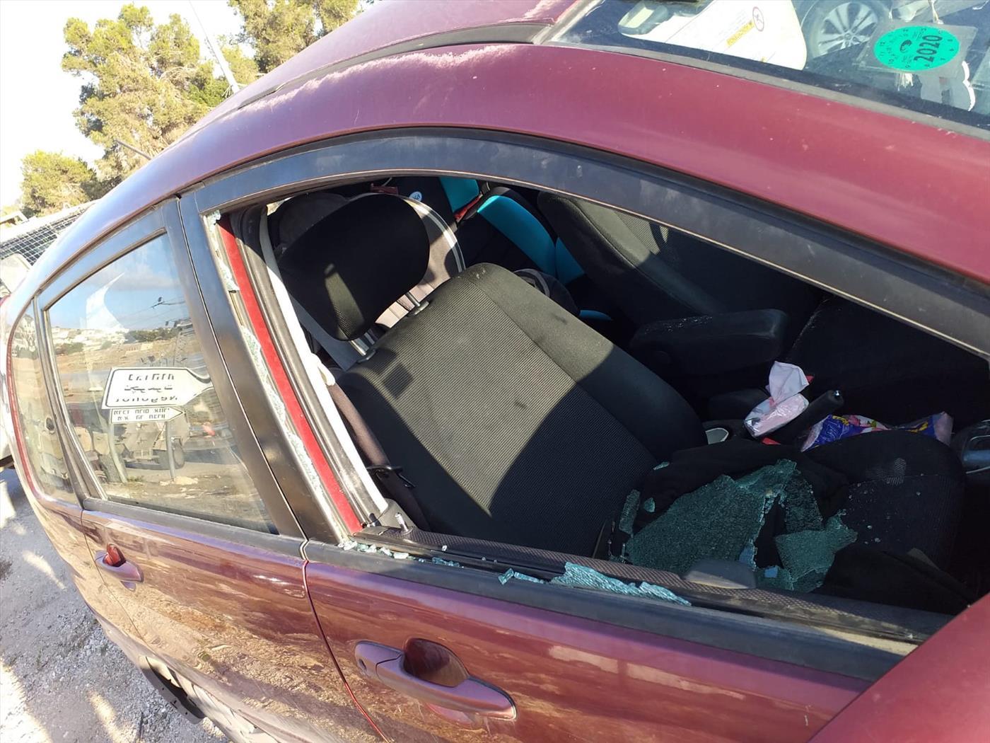 """רכב שנפגע השבוע מאבנים בהר חברון (הצלה ללא גבולות, יו""""ש)"""