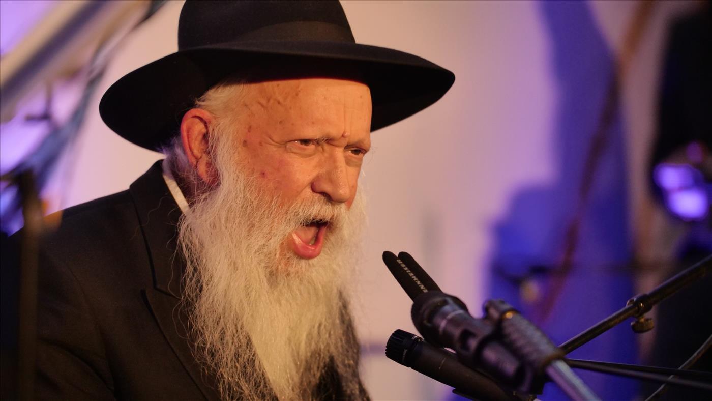 הרב גינזבורג בניגון חסידי שמח (צילום: אברהם שפירא)