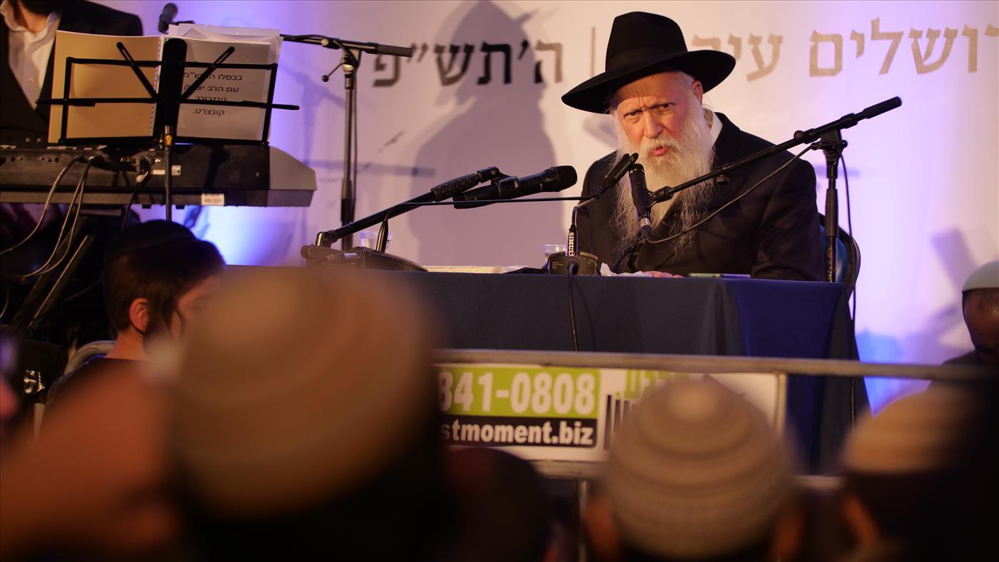 הרב יצחק גינזבורג בהתוועדות באירועי צמאה (צילום: אברהם שפירא)