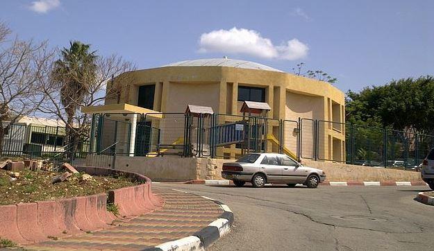 בית ספר 'השלום' בשייח דנון (אלמוג, ויקיפדיה)