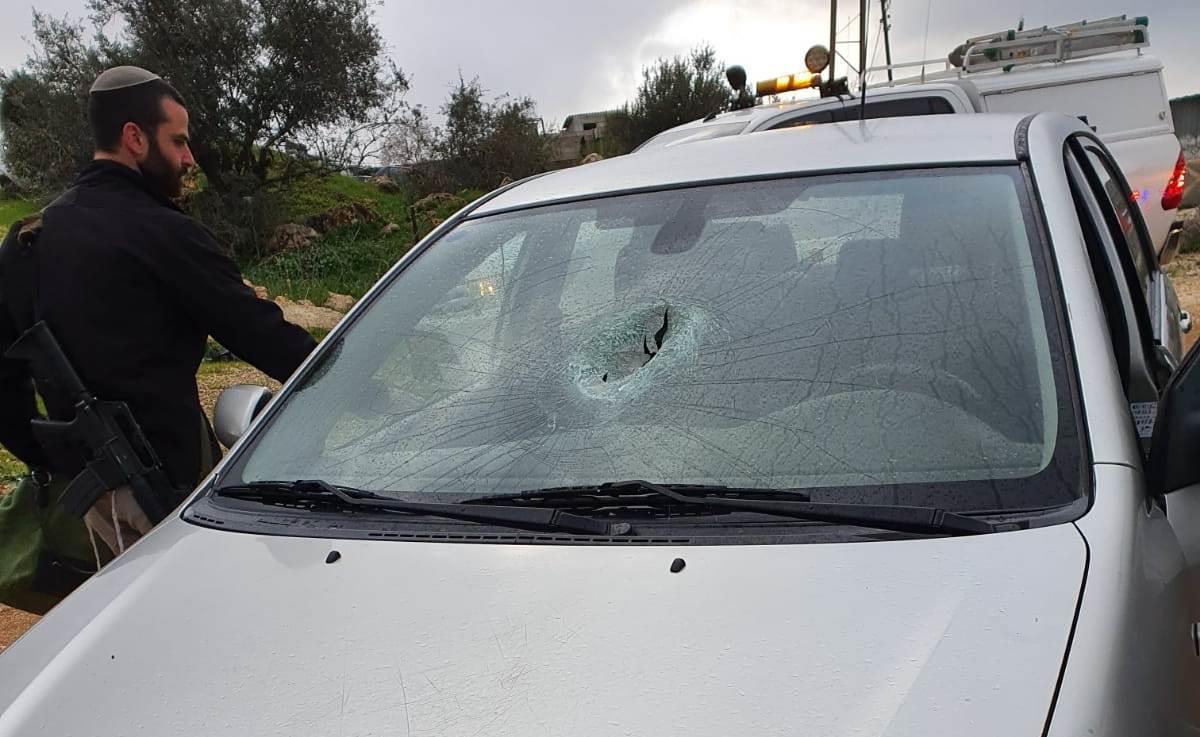 רכב שנפגע מאבנים בבנימין. ארכיון (צילום: tps)