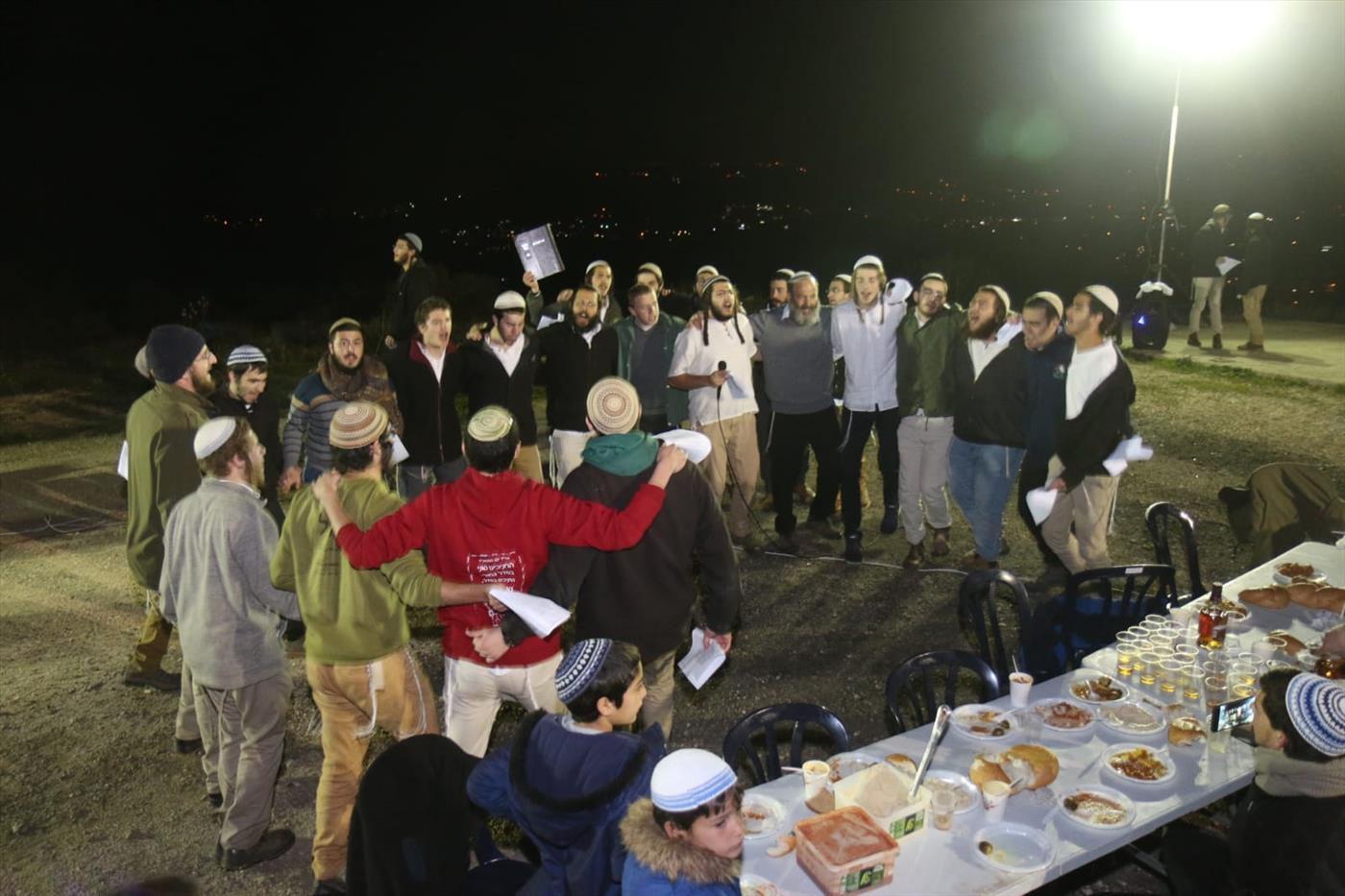 ריקודים בחגיגת סיום מסכת בגבעת אביתר בשומרון