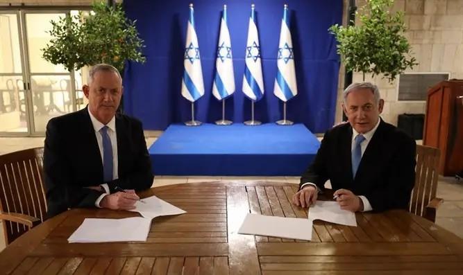 נתניהו וגנץ בחתימה על ההסכם הקואליציוני (דוברות)