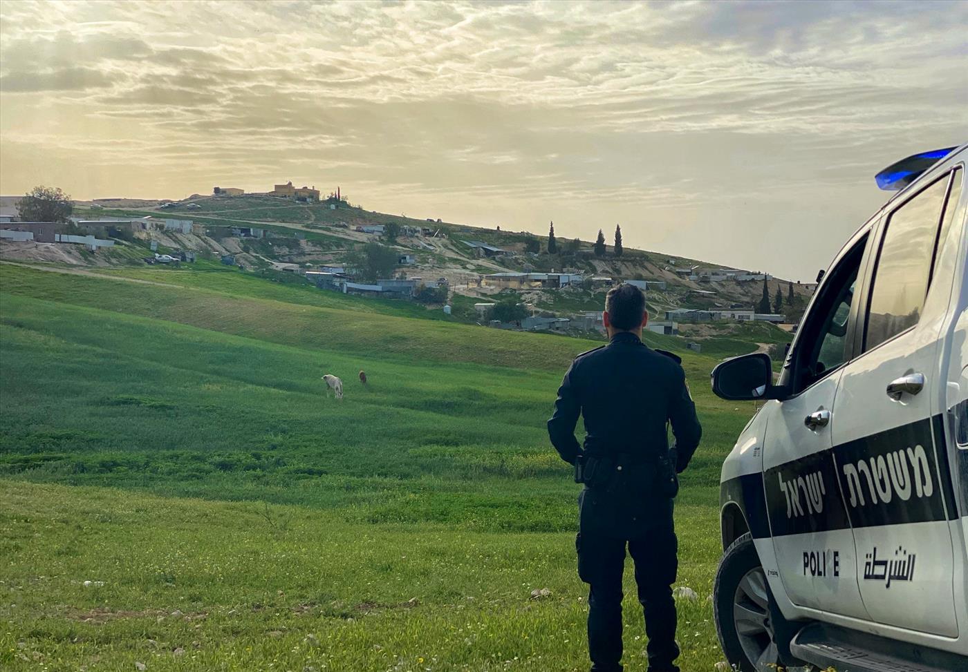 """""""להקים יחידה לטיפול בתופעה"""" - שוטר סמוך לכפר בדואי. ארכיון (איתן אסרף, משטרת ישראל)"""