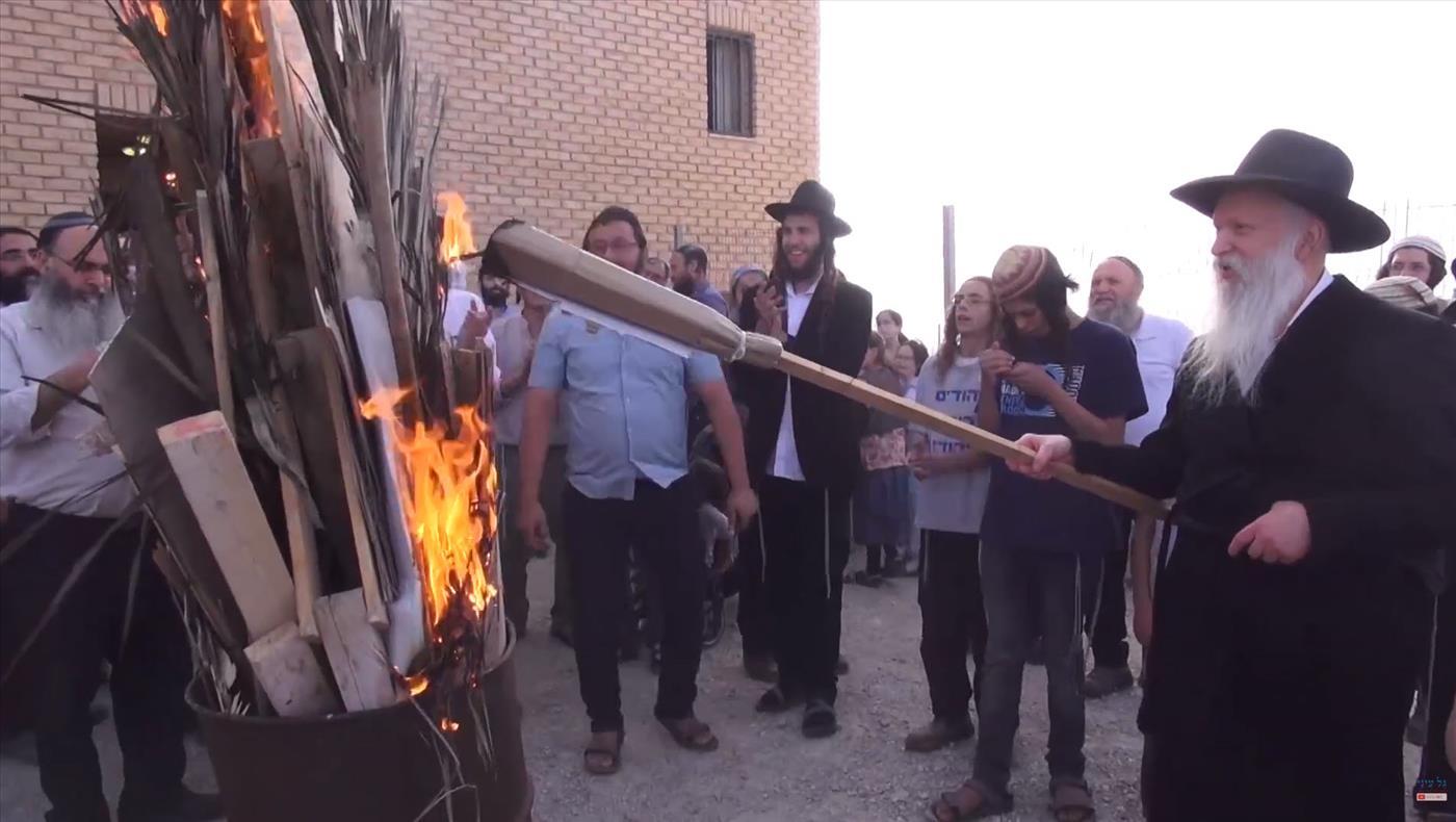 """הרב גינזבורג מדליק מדורת ל""""ג בעומר לפני מספר שנים, בהתוועדות ביצהר"""